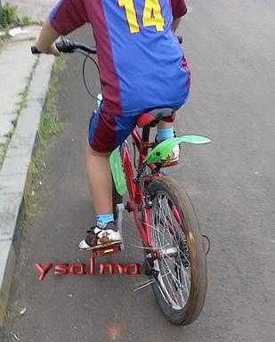 hasilnya,, sepatu, sepeda, penuh lumpur,, telapak tangan juga iya.. huf..