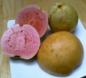 Bahan jus pear dan guava (jambu merah biji)