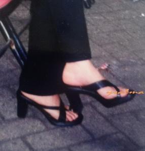 Sepatu memang bisa membuat kaki terlihat seksi.