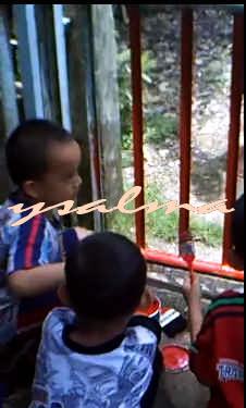 Kebiasaan Menjelang Lebaran (Bocah Sedang Mencat)