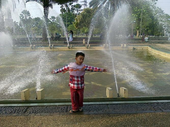 Berpose di depan air mancur di halaman Masjid At Tin :)