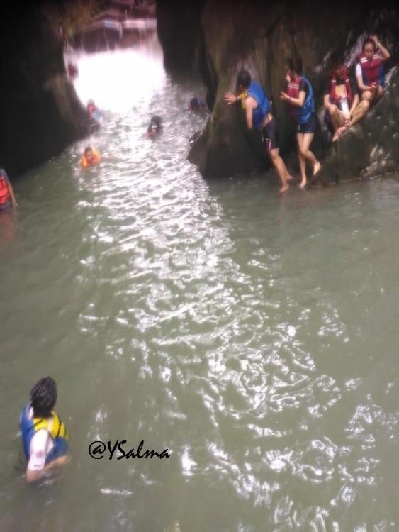 Nyantai di Bebatuan Green Canyon Karawang_YSalma