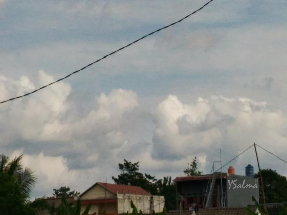 Foto awan bentuk jari menggenggam sepasang wajah
